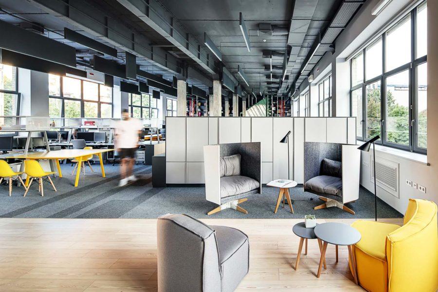 Adaptacja akustyczna w biurze: Przyjemna praca, czyli słów kilka o wpływie otoczenia na miejsce pracy.